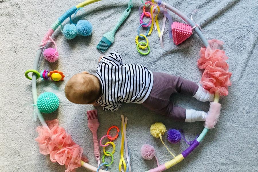Πώς να φτιάξετε μόνες σας στο σπίτι «Baby Sensory Hoop» για το μωράκι σας!